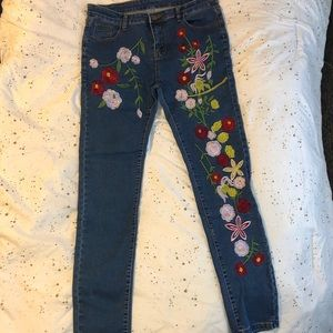 Floral embroidered jeans 💐